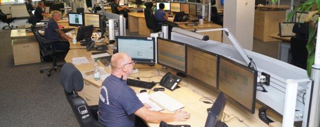 Die Rettungsleitstelle der Berufsfeuerwehr Zwickau ist rund um die Uhr besetzt, die Rechner laufen seit Jahren ohne Pause und müssen wegen Verschleiß ausgetauscht werden.