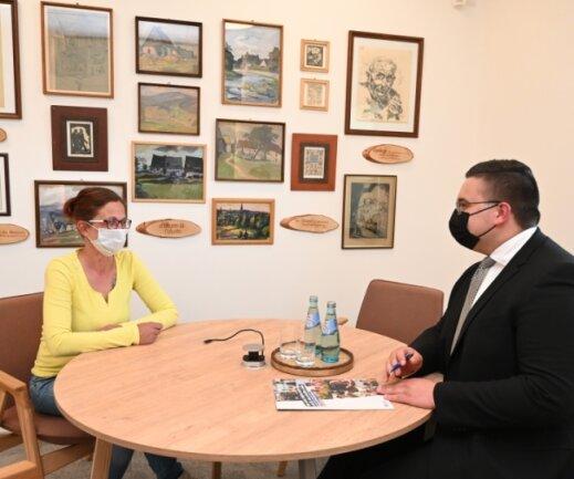 Serviceberater Jonas Illgen im Beratungsgespräch mit Kundin Jana Vöhringer im Raum Erzgebirge der neuen Bankfiliale an der Auer Straße in Stollberg.