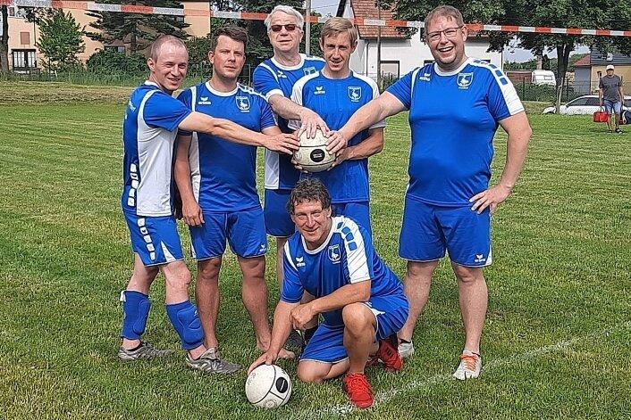 Schlagen in der Landesliga auf: Die Faustballer des SV Eppendorf mit Abteilungschef Sebastian Günther (r.).