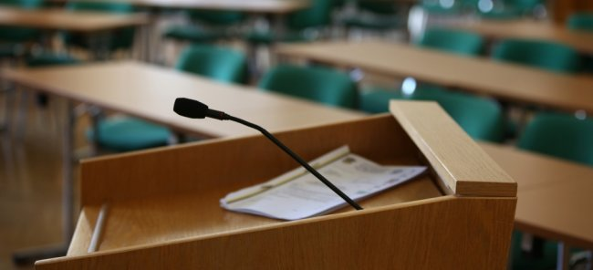 Blick in den Ratsaal im Auer Rathaus. Im neuen Stadtrat von Aue-Bad Schlema sind künftig 25 Politiker vertreten.