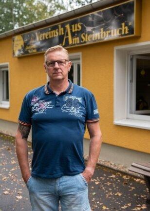 Holger Müller vor dem Vereinshaus der Milkauer Schalmeien. Hier wird nun wieder geprobt.