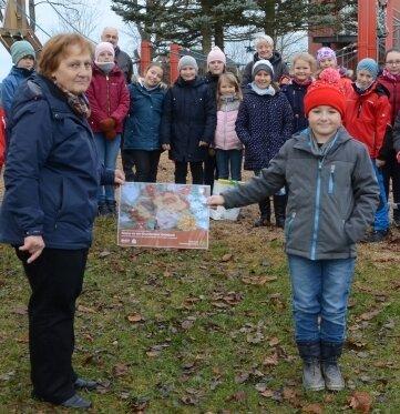 Sigrid Ullmann vom Naturpark übergibt die Urkunde für den Hauptpreis an Schüler Elias Huster.Foto: J. Thoß