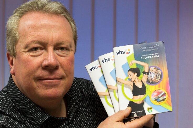 Jens Kaltofen, Leiter der Volkshochschule des Erzgebirgskreises, mit dem neuen Programmheft.