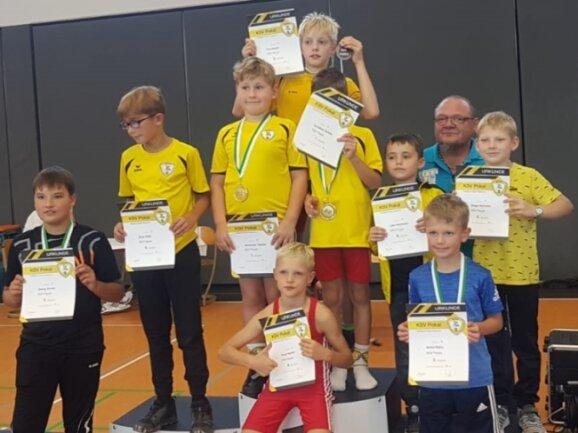 Stolz präsentiert der Ringernachwuchs des KSV Pausa die erkämpften Medaillen und Urkunden.