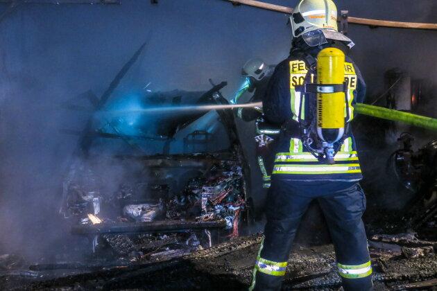 Carport und Auto in Schönheide abgebrannt