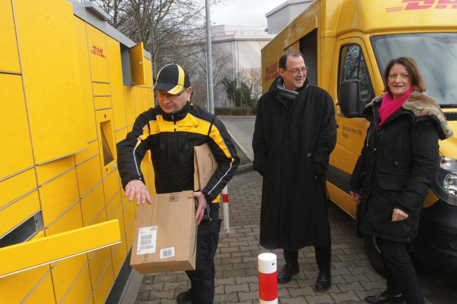 ZustellerHolger Peterhänsel, Postmitarbeiterin Brigitte Ullrich und Plauens Wirtschaftsförderer Eckhard Sorger an der DHL-Station an der Neundorfer Straße.