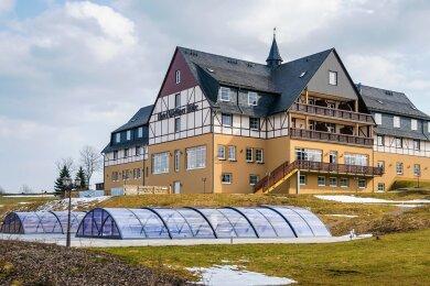 Seit Mai vergangenen Jahres verfügt das Hotel über zwei Außenschwimmbecken. Jetzt folgen zwei sogenannte Fass-Saunen, die den Saunabereich im Hotelinneren ergänzen.