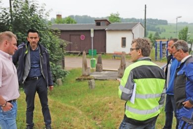 Beratung vor Ort: André Felgner (v. l.), René Straßberger, Steffen Junghanns, Heiko Tanke und Harald Zauper am Bahnhofsgelände.