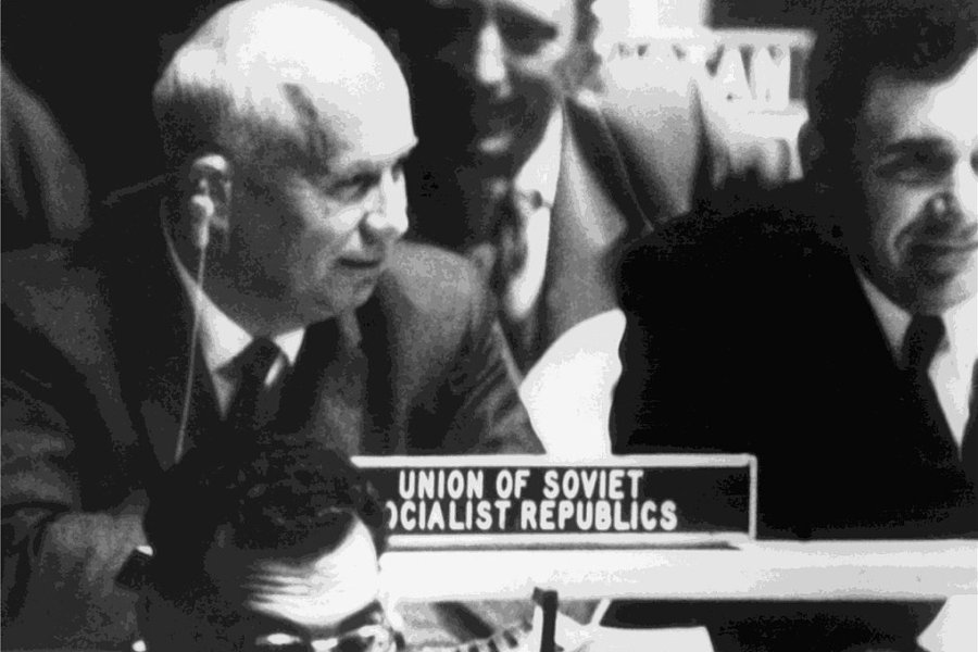 Der sowjetische Ministerpräsident Nikita Chruschtschow (Mitte links) während einer Sitzung der UN am 12. Oktober 1960 in New York. Vor ihm liegt der Schuh, mit dem er aus Wut über einen philippinischen Delegierten auf dem Tisch getrommelt haben soll.