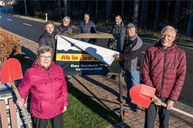 Nachdem der Rechtsstreit gewonnen war, hatte die BI in Grünbach die Protestplakate entfernt und die Spaten wieder weggeräumt. Jetzt hat Mitnetz den Ausbau komplett gestoppt.