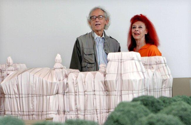 Christo und seine Frau Jean-Claude hinter dem Modell des verhüllten Berliner Reichstags bei einer Ausstellung im Würth Museum in Rioja (Spanien).