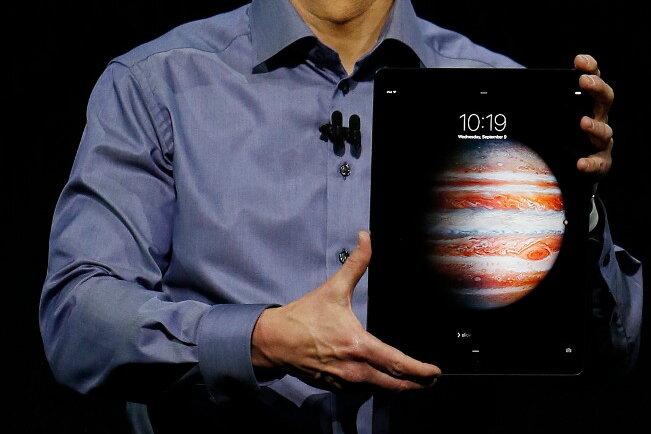 Tim Cook mit dem neuen iPad Pro.