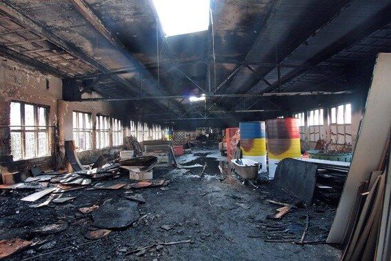 Die Lagerhalle wurde bei dem Brand erheblich beschädigt