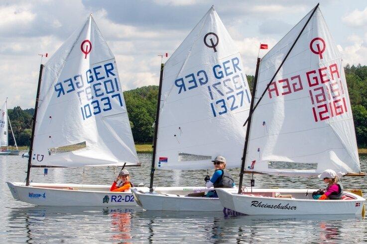 In der Optimist-Klasse ging die jüngste Teilnehmerin der Segelregatta an den Start. Die zehnjährige Sidney Pippig (links) landete auf dem neunten Platz.Ihre Schwester Samantha Pippig (Mitte) wurde Sechste. Hanna Mühlberg (rechts) vom TSV Oelsnitz belegte den dritten Rang.