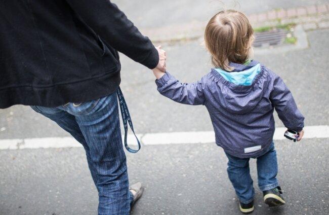 Eltern und Erzieher wissen, wie schnell ein Kind mal hustet oder fiebert. Angesichts Corona sind die Aufnahmekriterien für Kitas streng.