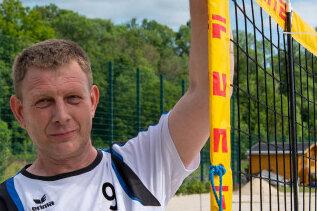 Wegen Corona mussten im März 2020 auch die Rochlitzer Sportstätten gesperrt werden. Ende Mai konnten die Volleyballer des BSC Motor Rochlitz - im Bild René Eckhardt - ihre Netze erstmals wieder aufbauen.