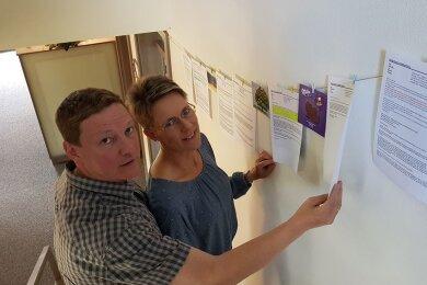 Marco und Svenja Penzel mit Mails von Kunden, die Mut ihnen machen.