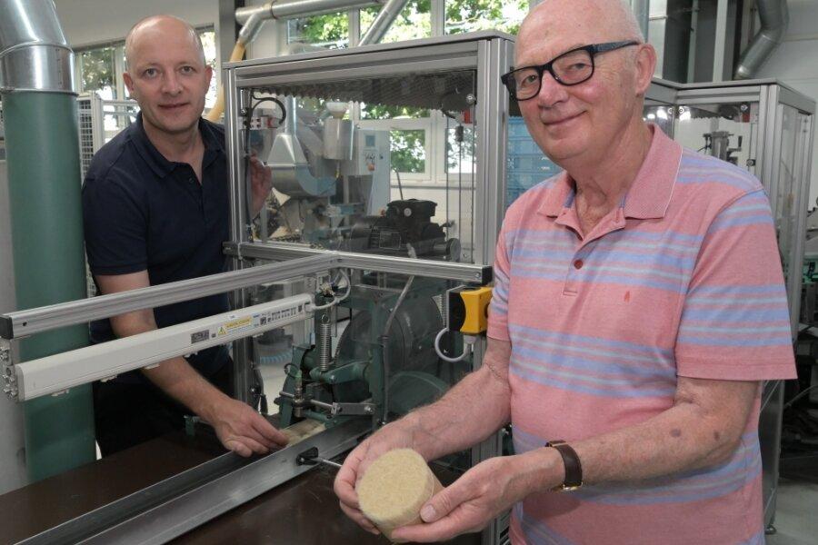 Pinselfertigung im Wandel der Zeiten. Andreas (links) und Hans-Jürgen Müller an einer Maschine, auf der heute bei Mühle die Haarmischungen für Rasierpinsel zusammengestellt werden.