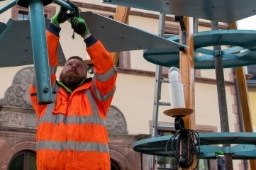 Peniger Bauhofmitarbeiter wie Stefan Puls haben die Pyramide aufgebaut.