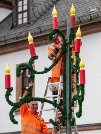 René Gerhardt (oben) und Dietmar Greif vom Rochlitzer Bauhof montieren die Weihnachtsbeleuchtung.