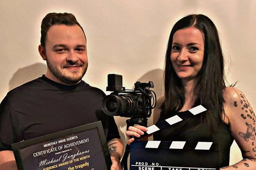 """Michael Junghanns und Susan Findler mit der Auszeichnung, die sie für """"Gretchen - Die Tragödie"""" bei einem Filmfestival erhielten."""