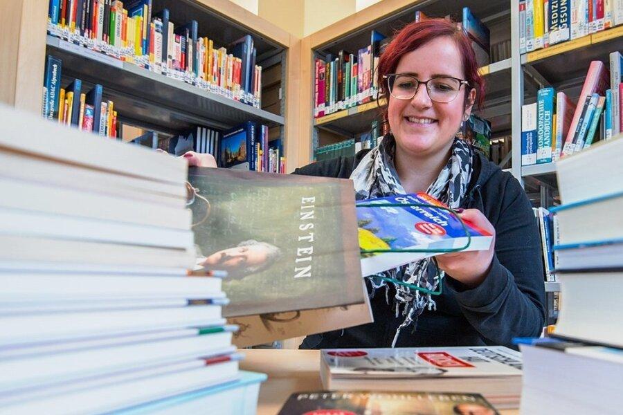 Lugaus Bibliotheksleiterin Susann Böhme packt Bücherpakete für Leser, weil die derzeit nicht in die Bibliothek kommen dürfen. Ein Angebot, das offenbar nicht nur in Lugau gern angenommen wird.