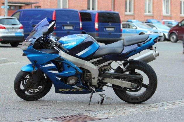 Polizei sucht nach Unfall Motorradbesitzer