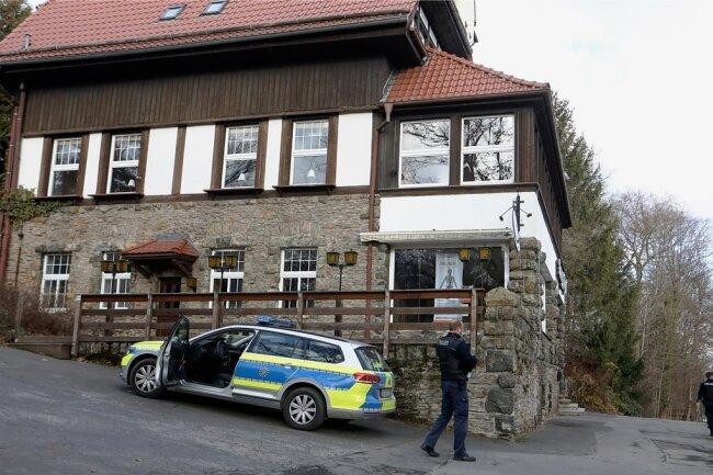 Die Polizei hat am Donnerstag beim Berggasthaus in Hohenstein-Ernstthal Spuren gesichert.