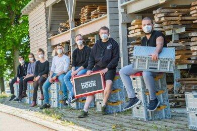 """Neun Schneeberger Design-Studenten wollten dieses Jahr auf der """"Salone del Mobile"""" in Mailand ausstellen. Für ihren Messestand hatten sich die jungen Leute Plastikboxen ausgeliehen und etwa Türreste mit alten Feuerwehrschläuchen bezogen."""
