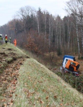Dieser Sattelzug fuhr am Freitag eine Böschung bei Berbersdorf herunter.