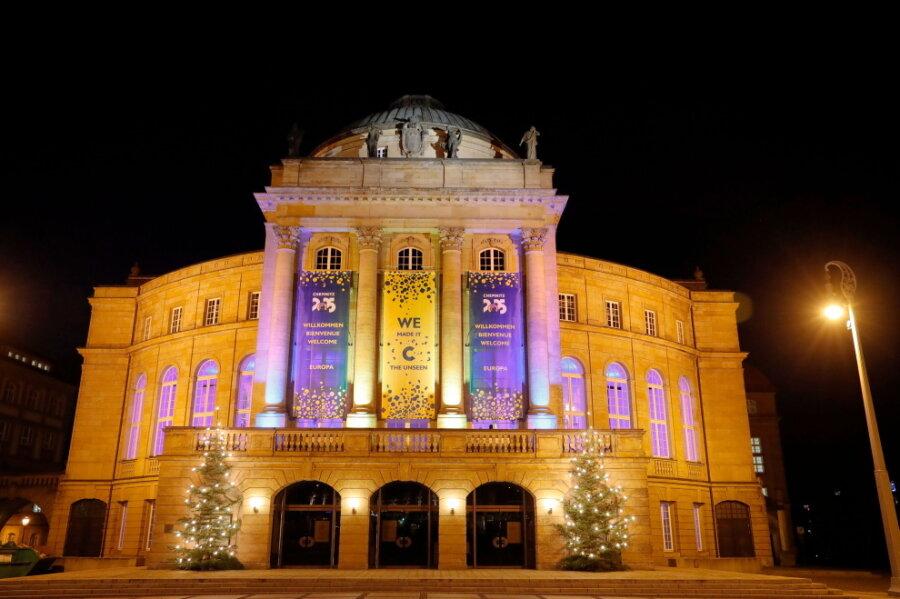 Das Opernhaus am Theaterplatz erstrahlt heute von 12 Uhr bis Mitternacht in Blau und Gelb - den Farben der Stadt und Europas.