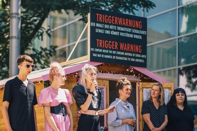 """Johann Bonitz, Lotta Kummer und Nina Kummer von der Band Blond, Julia Voigt vom Kosmos Chemnitz sowie Saskia Jäkel und Sandra Ludwig (von links) vom Verein """"Wildwasser"""" bei der Ausstellungseröffnung."""