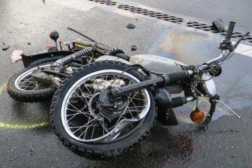 Das Moped wurde erheblich beschädigt, die Fahrerin schwer verletzt.