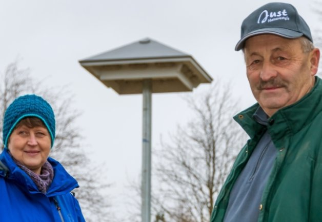 Im Frühjahr, so hoffen Heike Rossa und Wolfgang Löschner, werden zahlreiche Mehlschwalben im neuen Turm brüten.