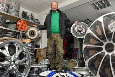 Marko Reich inmitten seiner Radkappenwelt. Vor etwa 30 Jahren wurde seine Sammelleidenschaft geweckt, mittlerweile verdient er mit Radkappen sein Geld.