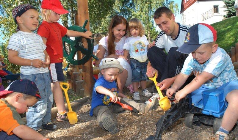 """<p class=""""artikelinhalt"""">Olena Zvarych und Viktor Klynkovskyy müssen sich von den Kindern der Tagesstätte """"Regenbogen"""" in Rübenau verabschieden. Das freiwillige Jahr, das die beiden im Erzgebirge absolviert haben, geht zu Ende. </p>"""