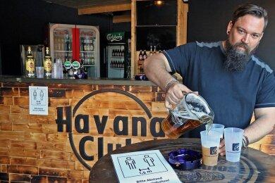 Florian Harbeck, Betreiber des Clubs Seilerstraße in Zwickau, empfängt im Biergarten auf dem Freigelände am Freitag wieder Gäste. Wann er auch den Club selbst wieder öffnet, ist aber noch unklar.