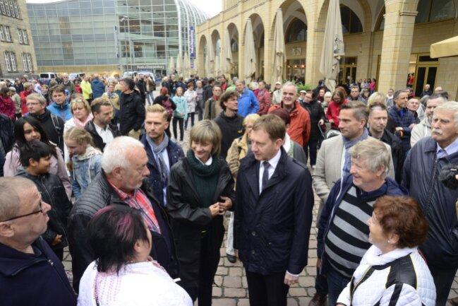 Sachsens Ministerpräsident Michael Kretschmer, Wirtschaftsminister Martin Dulig und sowie Barbara Ludwig, die Oberbürgermeisterin von Chemnitz im Gespräch auf dem Chemnitzer Neumarkt.