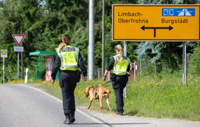Bei der Bushaltestelle der Linie 657 hat Personensuchhund Chira nach dem vermissten Niederfrohnaer gesucht.