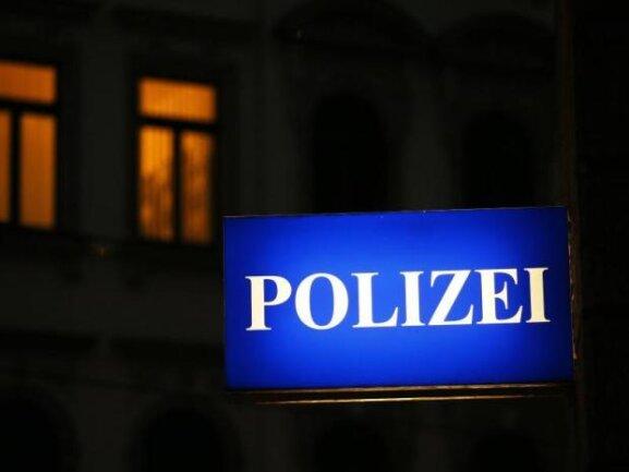 Die Polizei am Sonntagmorgen einen 40-Jährigen in Zwickau festgenommen, der verdächtigt wird, zwei Pkw aufgebrochen zu haben.