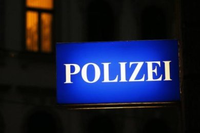 Drei junge Männer sollen Partygäste in einem Haus an der Zwickauer Thomas-Müntzer-Straße am späten Montagabend bedroht und ausgeraubt haben.