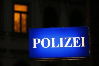 Unbekannte haben Zigarettenautomaten an der Alten Oelsnitzer Straße in Plauen sowie am Schulberg in Oberwiera gesprengt.