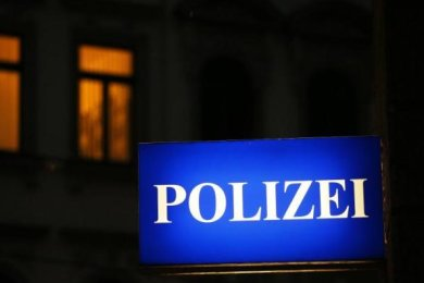 In Schneeberg ist am Samstag nach Polizeiangaben ein achtjähriger Junge von zwei unbekannten Männern verletzt worden.