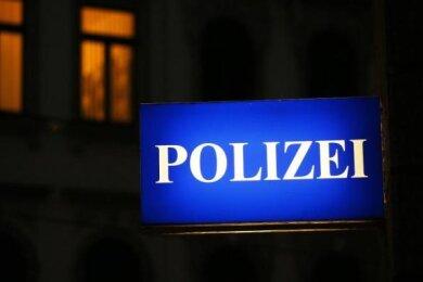 Ein 23-Jähriger ist am Sonntagabend von drei maskierten Männern in seiner Wohnung in Zwickau ausgeraubt worden.