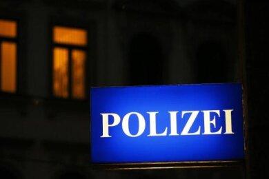 Nasse Hosen hat sich ein Graffiti-Sprüher auf der Flucht vor Polizisten am späten Freitagabend imGlauchauer Ortsteil Jerisau geholt: Er sprang kurzerhand in die Mulde.