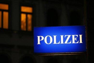 Zwei Unbekannte sollen am Dienstagabend in Freiberg eine Frau geschlagen und sich an ihr vergangen haben.