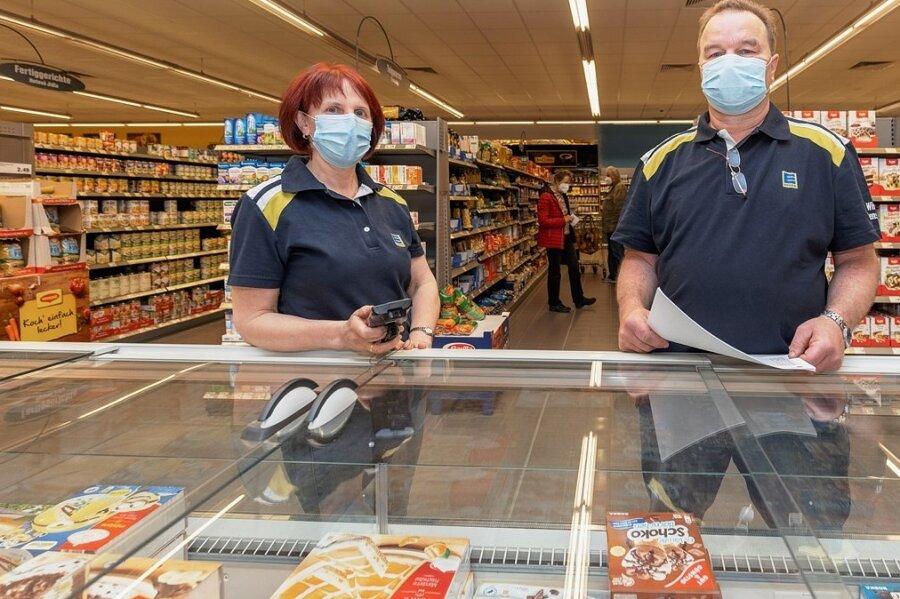 Sylvia und Frank Küllig führen den Edeka in Oberwiesenthal. Im Gegensatz zu Bürgermeister und Stadträten glauben sie nicht, dass es künftig am Fichtelberg zu Problemen mit der Lebensmittelversorgung kommt.