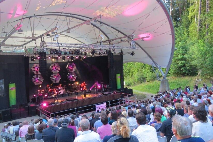 Die Bühnenüberdachung im Naturtheater in Bad Elster, hier beim Konzert von Silly im Jahr 2017, soll Vorbild für die Anlage im Stadtpark in Hainichen sein.