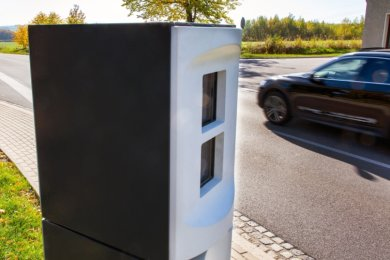 Auf der Niederwiesaer Straße, dem Autobahnzubringer Richtung Oberlichtenau, wird seit dem Herbst 2019 in zwei Richtungen geblitzt. Dort war ein Unfallschwerpunkt. Zuvor standen die stationären Anlagen an der Chemnitzer Straße in Burgstädt, weil dort gerast wurde.