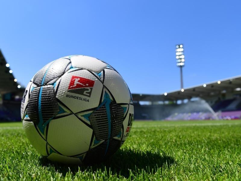 Ein Ball liegt im Sparkassen-Erzgebirgsstadion auf dem Rasen.